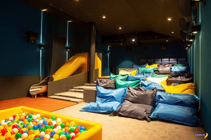 Кинотеатр с диванами и двуспальными кроватями