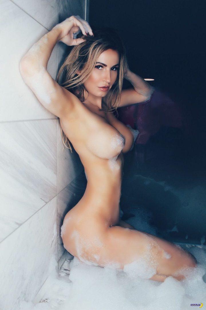 Ана Брага в пене голая!