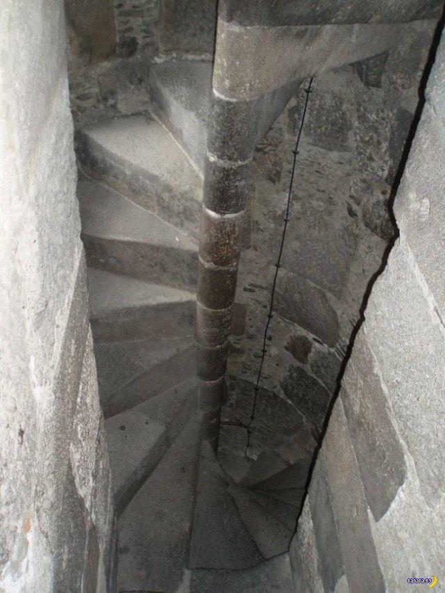 Средневековая хитрость –винтовая лестница!