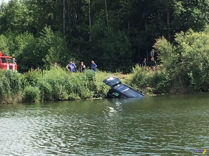 Под Белоозерском Mercedes улетел в канал – 5 погибших