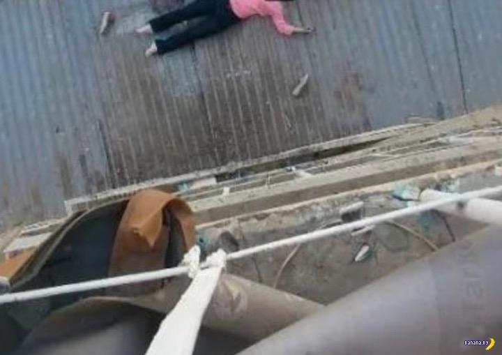 В шутку выбросил свою девушку с балкона