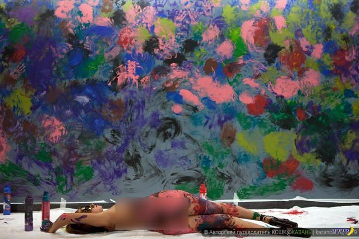 Он рисует голыми девушками