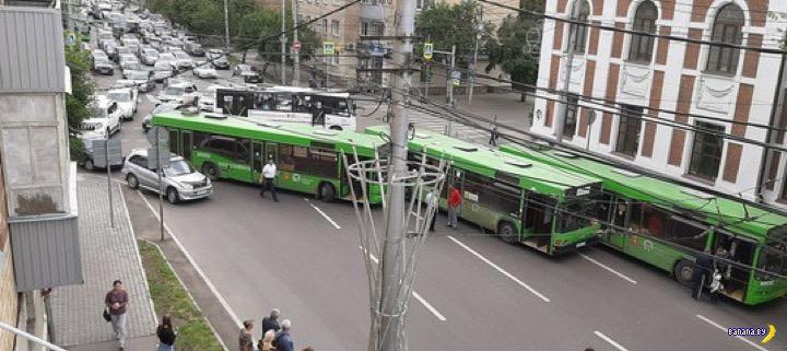 Затык в исполнении автобусов МАЗ в Красноярске