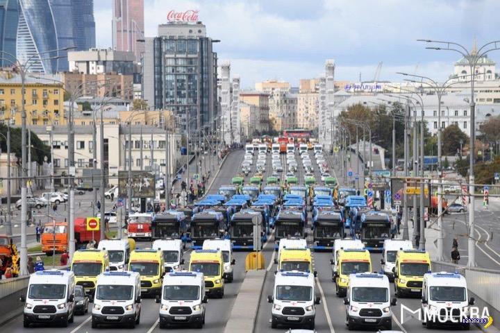 Грандиозный парад городской техники в Москве