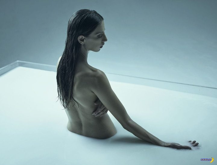 Анжела Сарафян голая в молоке