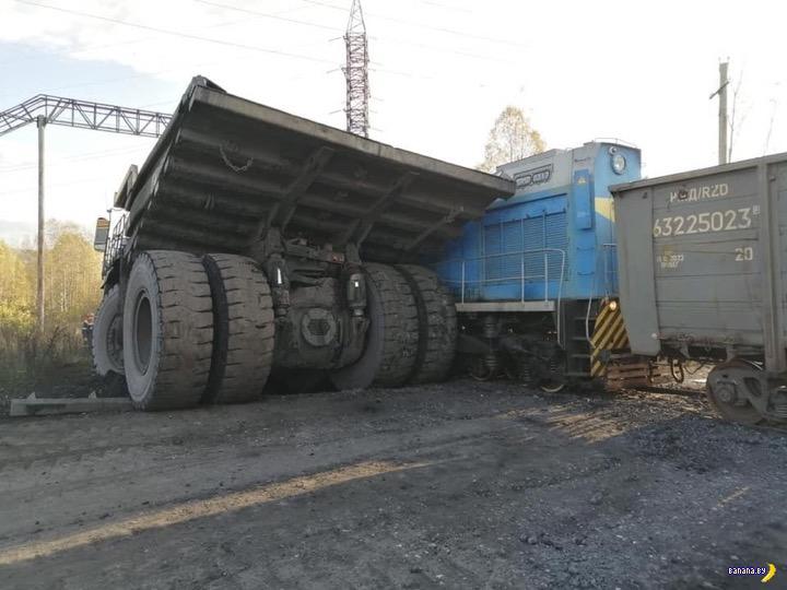 Кто сильнее – БелАЗ или поезд?