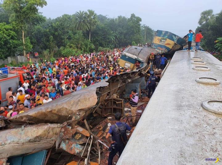 Два поезда столкнулись в Бангладеш
