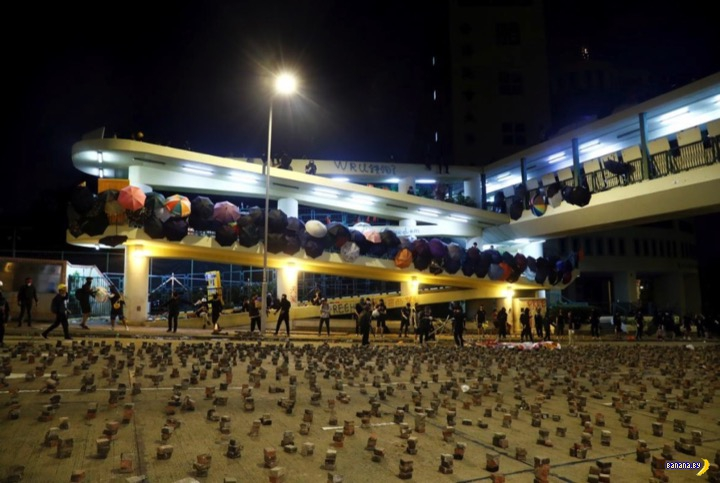 Протестующие в Гонконге достали луки и катапульты