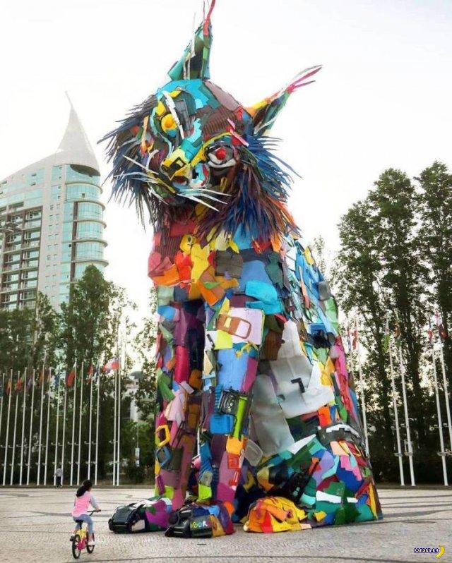 Скульптуры и барельефы из мусора