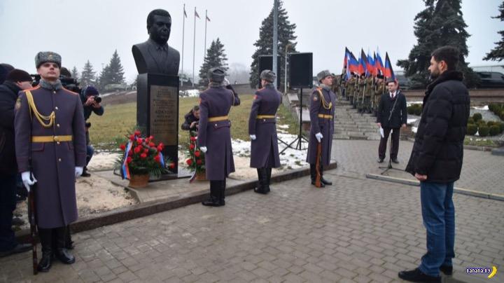 В Донецке установили второй памятник Кобзону
