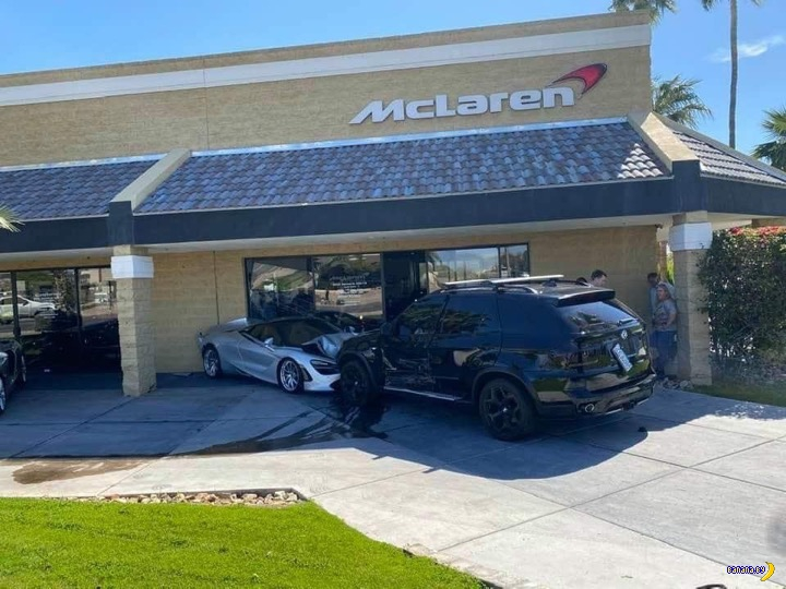 BMW X5 размолотил автосалон McLaren