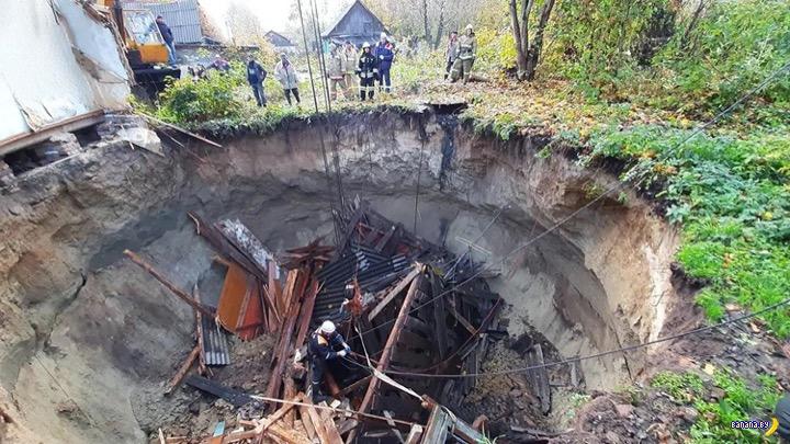 Провал грунта проглотил половину жилого дома