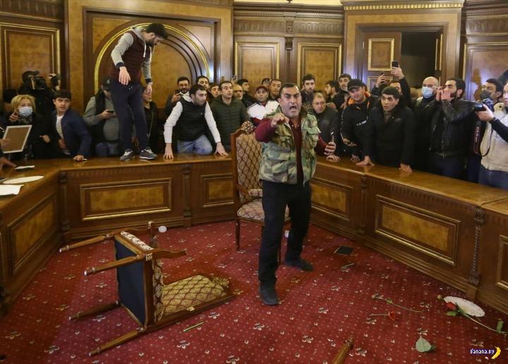 Разгромленный парламент Армении