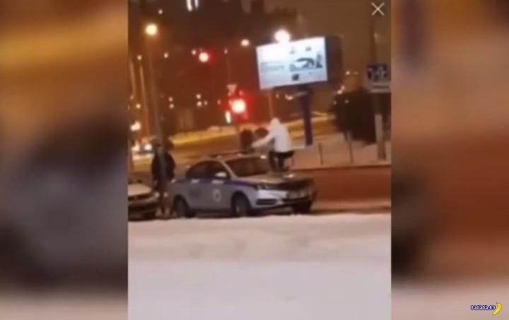 Пацан попой разбил лобовое стекло милиционерам