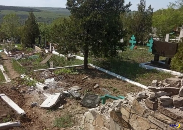 В Луганде танк проехал по кладбищу