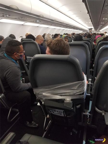 Хватал стюардессу за грудь...