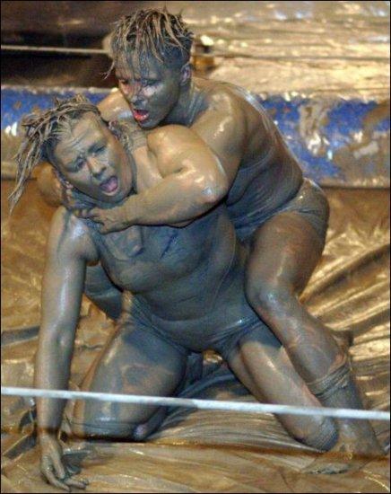 Женские бои без правил в грязи судили мужчины