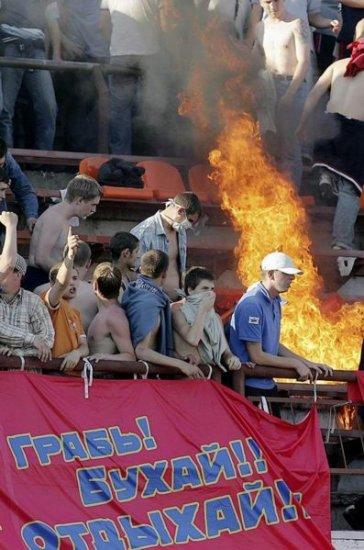 Российские футбольные фанаты копируют британских хулиганов!