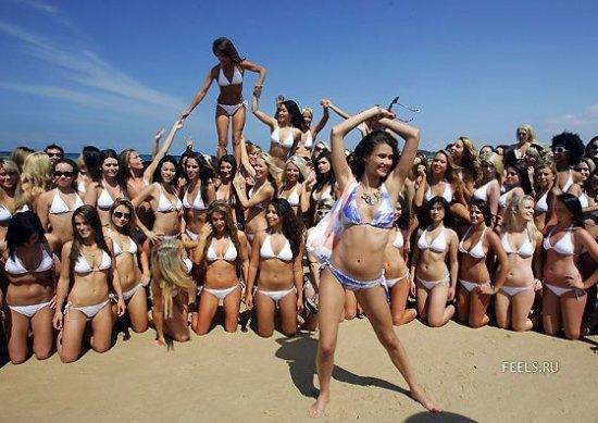 1010 девушек в бикини на одной фотографии (12 фото)