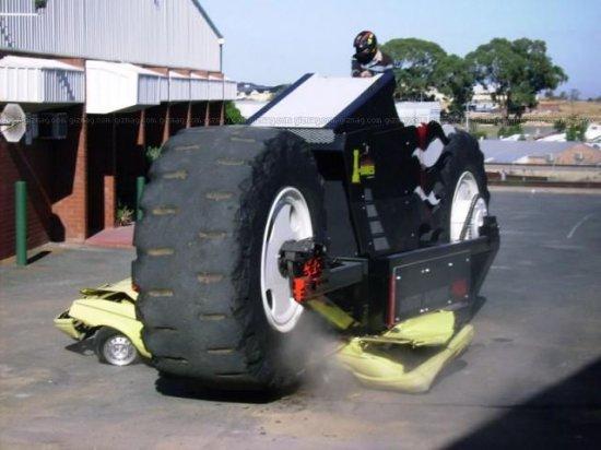 Гигантский мотоцикл сможет раздавить автомобиль