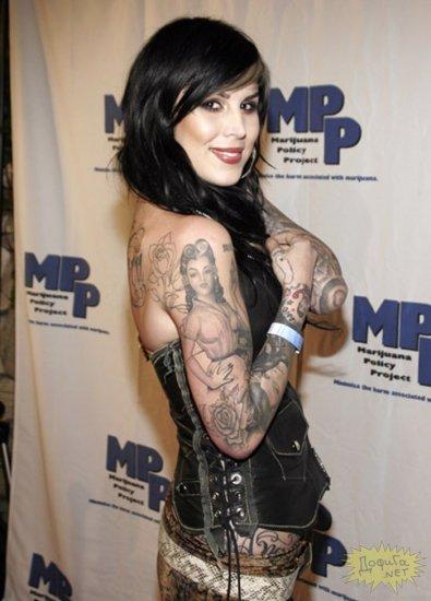 Самая красивая женщина-татуировщик.