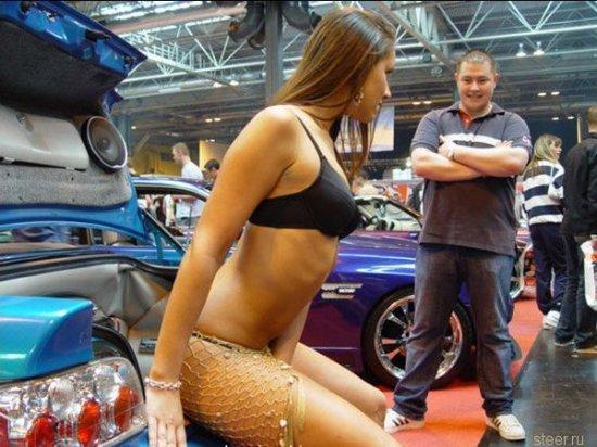 Девушки на автовыставке