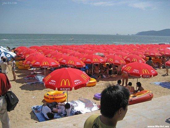 Люди на пляже в Корее