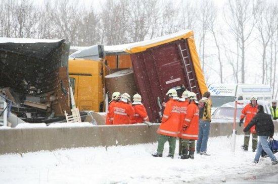 Авария с участием около 100 автомобилей в Австрии