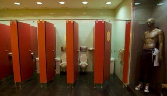 Португальский туалет с манекенами