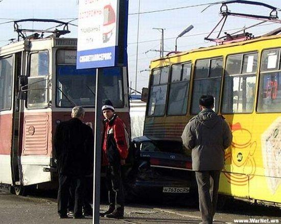 Как тойота пыталась проехать между двумя трамваями