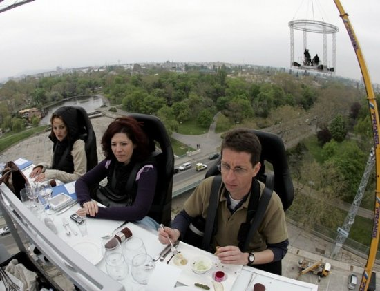 Висящий ресторан над площадью Героев в Будапеште