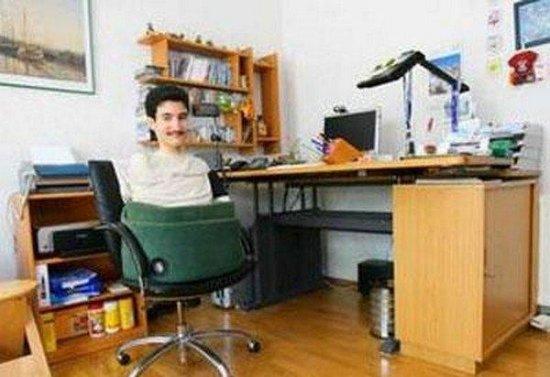 Человек без рук и ног управляется с компьютером