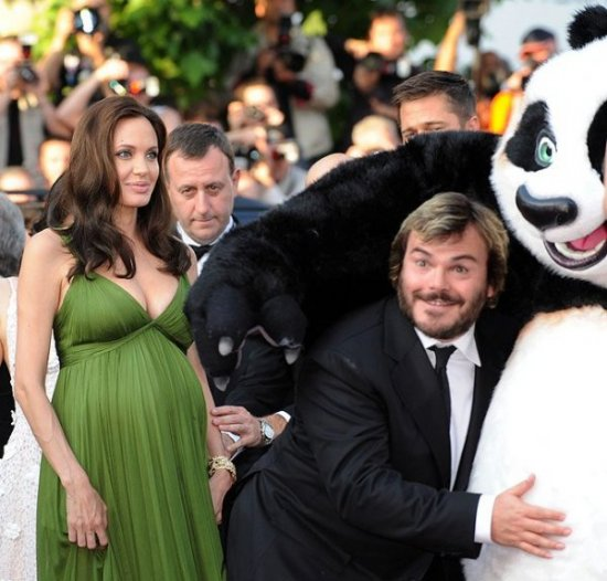 Джоли проглостила глобус!!!