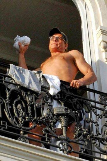 Жан-Клод Ван Дамм устроил на балконе «реалити-шоу»
