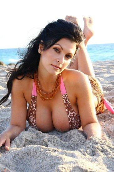 Denise Milani на пляже