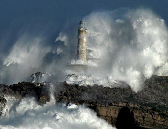 Маяк среди бушующего моря (YouTubeVideo)