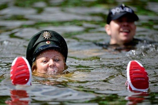 Бастующая берлинская полиция искупалась в озере