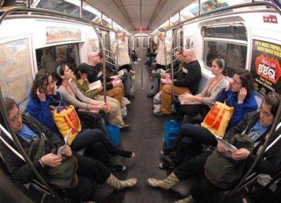 Куча близнецов устроили стеб в метро
