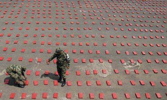 Колумбийские солдаты и конфискованная марихуана