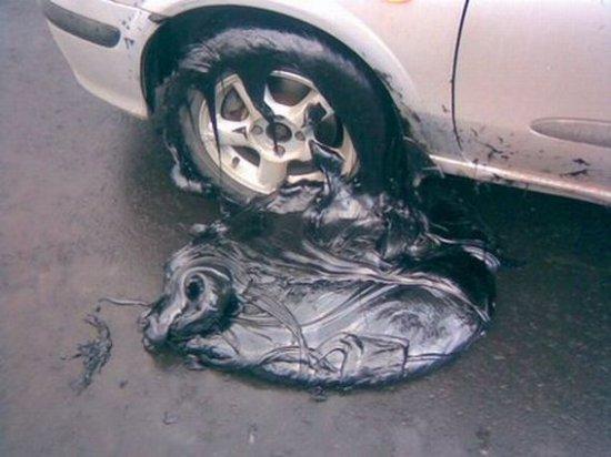 Машина въехала в битум