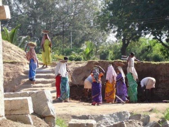 Вот, что значит быть женщиной в Индии!
