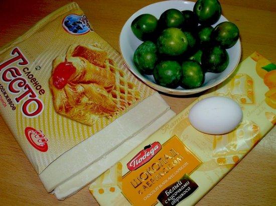Слоеные пирожки с шоколадом и фруктами
