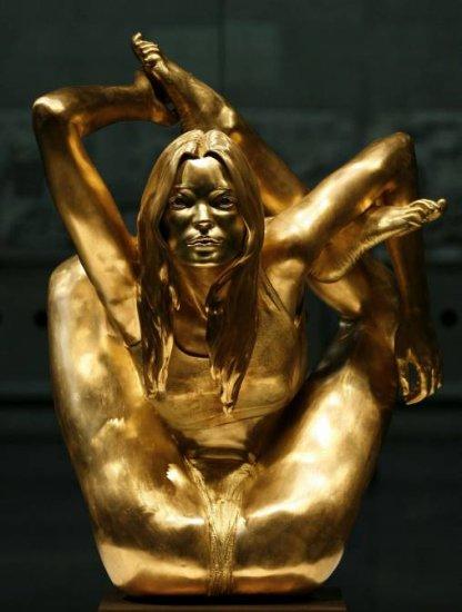 Золотая скульптура Кейт Мосс на выставке Statuefilia