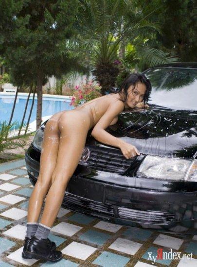 Голенькая азиатка решила помыть машину