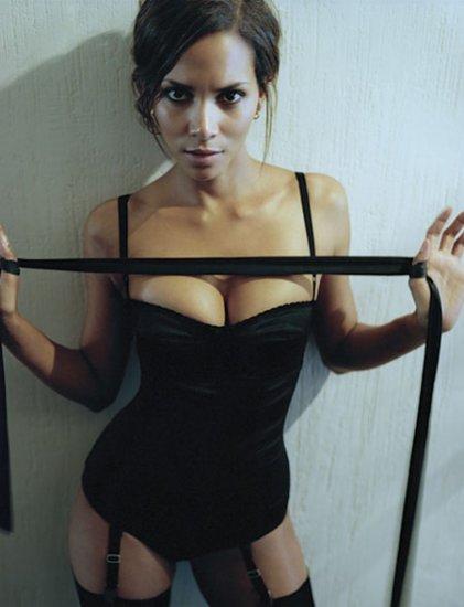 Esquire назвал самой сексуальной женщиной актрису Халле Бери