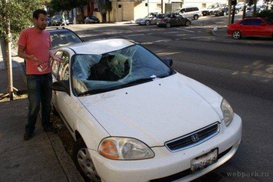 На машину упал ... человек