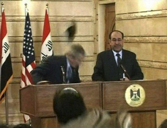 Джорджа Буша закидали ботинками в Ираке