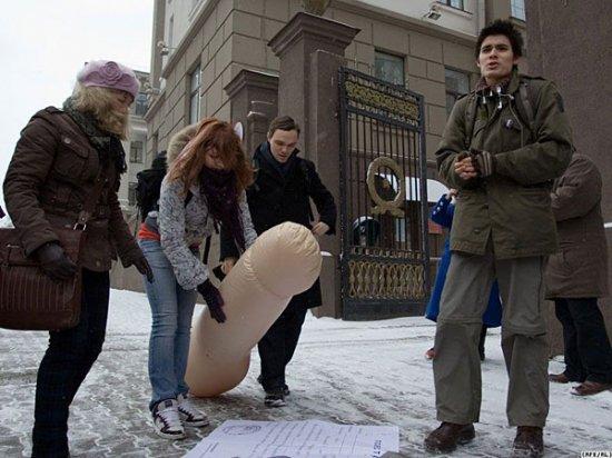 Молодежные активисты продемонстрировали, что думают о принудительной «доставке» в армию