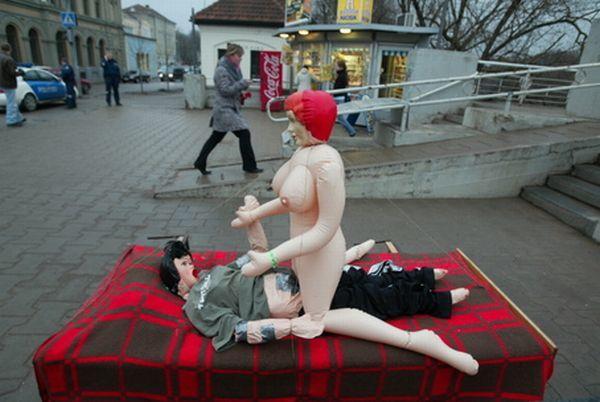 Состоящую из старого дивана и двух секс-кукол, которые, по…