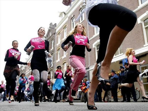 В четверг под девизом Шоппинг - это спорт в Амстердаме прошел забег